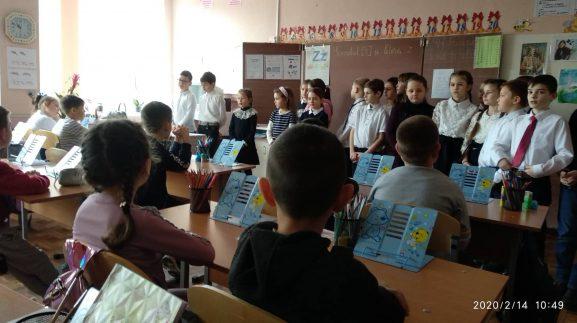 Elevii cl. I-îi sunt copleșiți de recitalul de poezii prezentat de colegii mai mari