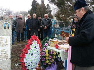 Parohul Valeriu RADU-TĂTARU oficiază o slujbă de pomenire la mormântul eroului Sergiu ISAICUL