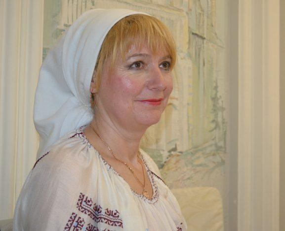 Silvia REŞETNIC, o profesoară talentată şi o împătimită a valorilor naţionale: folclor, cântec, dans şi costum popular, obiceiuri, datini şi tradiţii strămoşeşti