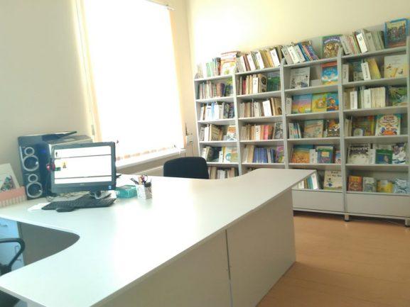 Biblioteca orășenească pentru copii își așteaptă micii cititori