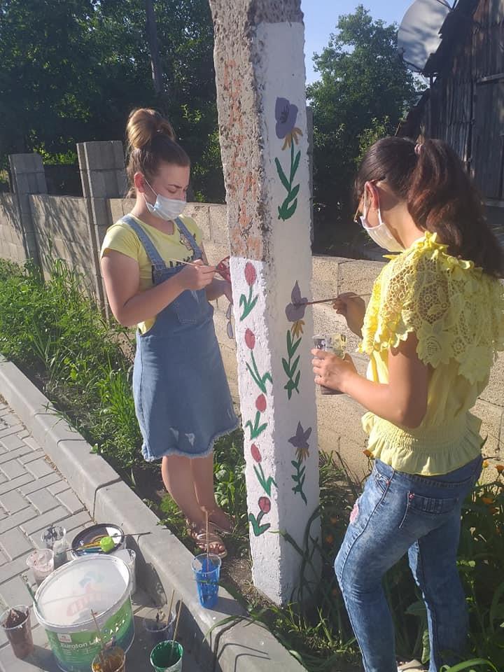 """Voluntarii din Sipoteni au contribuit la evacuarea gunoiștilor din localitate. Sursa foto : pagina de facebook """"Cu drag pentru Sipoteni"""""""